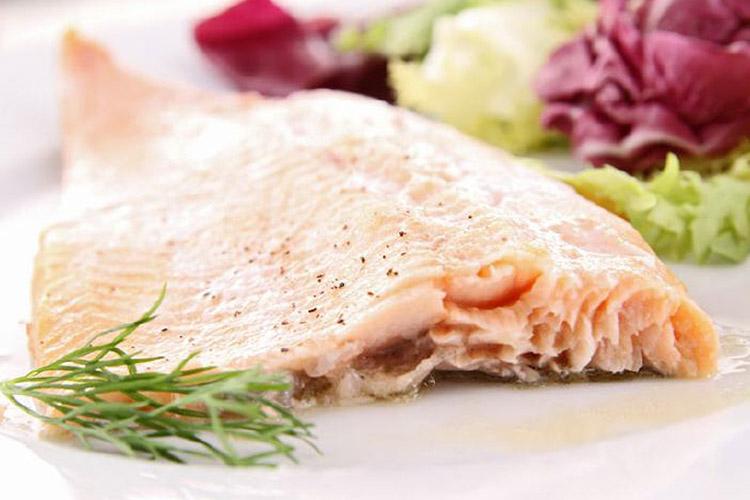Cuisine-Lifestyle Menü 2: Kabeljau mit Kräutermozzarellakruste auf Sommerkürbis Jungzwiebel-Tomaten Gemüse und Dillkartoffeln und Blüten