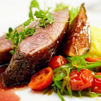 Cuisine-Lifestyle Menü 4: Flanksteak rosa gebraten mit Kartoffelkuchen und Babygemüse Gewürzjus
