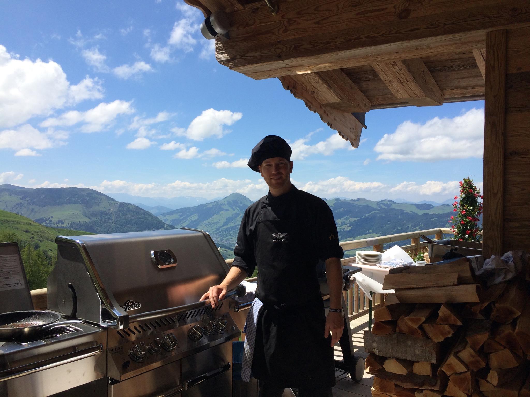Cuisine-Lifestyle - Sascha Zellinger beim Grillen mit Aussicht/Berglandschaft