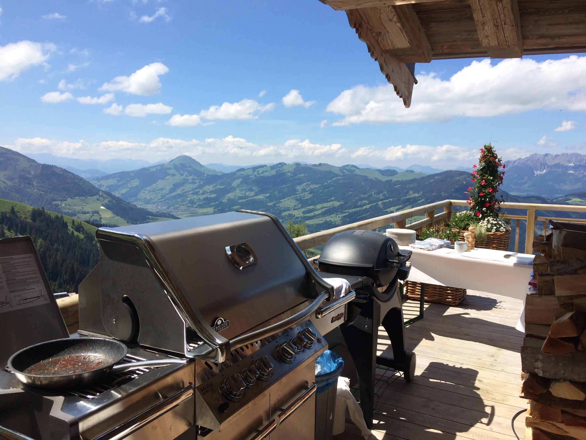 Cuisine-Lifestyle - Griller mit Berglandschaft
