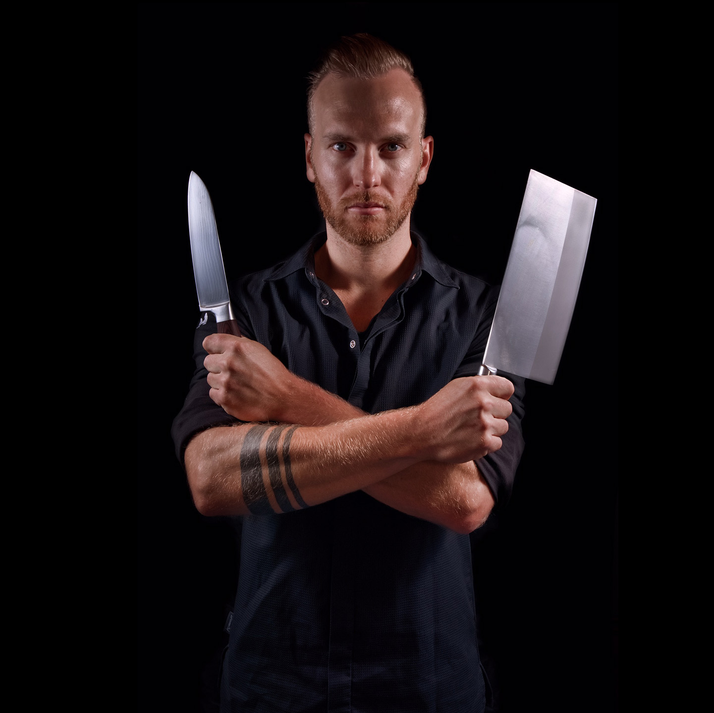 Cuisine-Lifestyle by Sascha Zellinger Portrait mit scharfen Küchenmesser und Beil