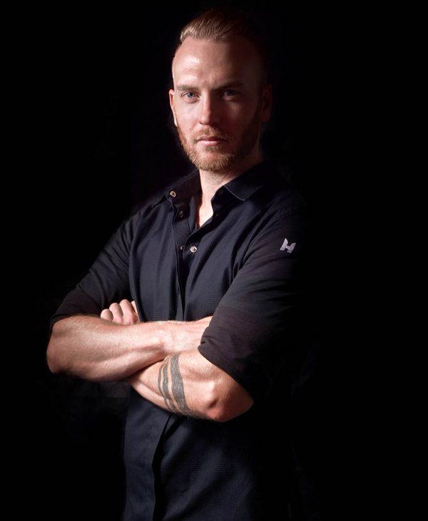 Cuisine-Lifestyle by Sascha Zellinger Portrait von Sascha mit schwarzem Hemd