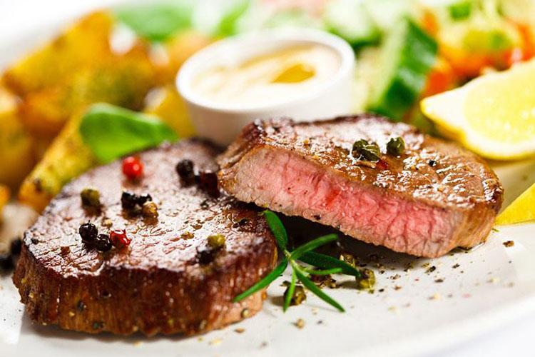 Cuisine Lifestlye Menü 1: Rinder Flank Steak Rosa Gebraten mit Kartoffel Kuchen und Babygemüse und Jus