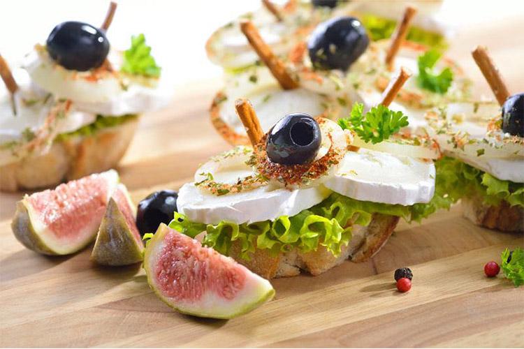 Cuisine-Lifestyle Menü 3: Zupfsalat mit Roten Rüben Feigen gebackener Camembert und Trüffelhonig