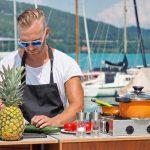 Cuisine Lifestlye - Sascha Zellinger mit seiner Camp Champ Outdoorküche und einer Ananas