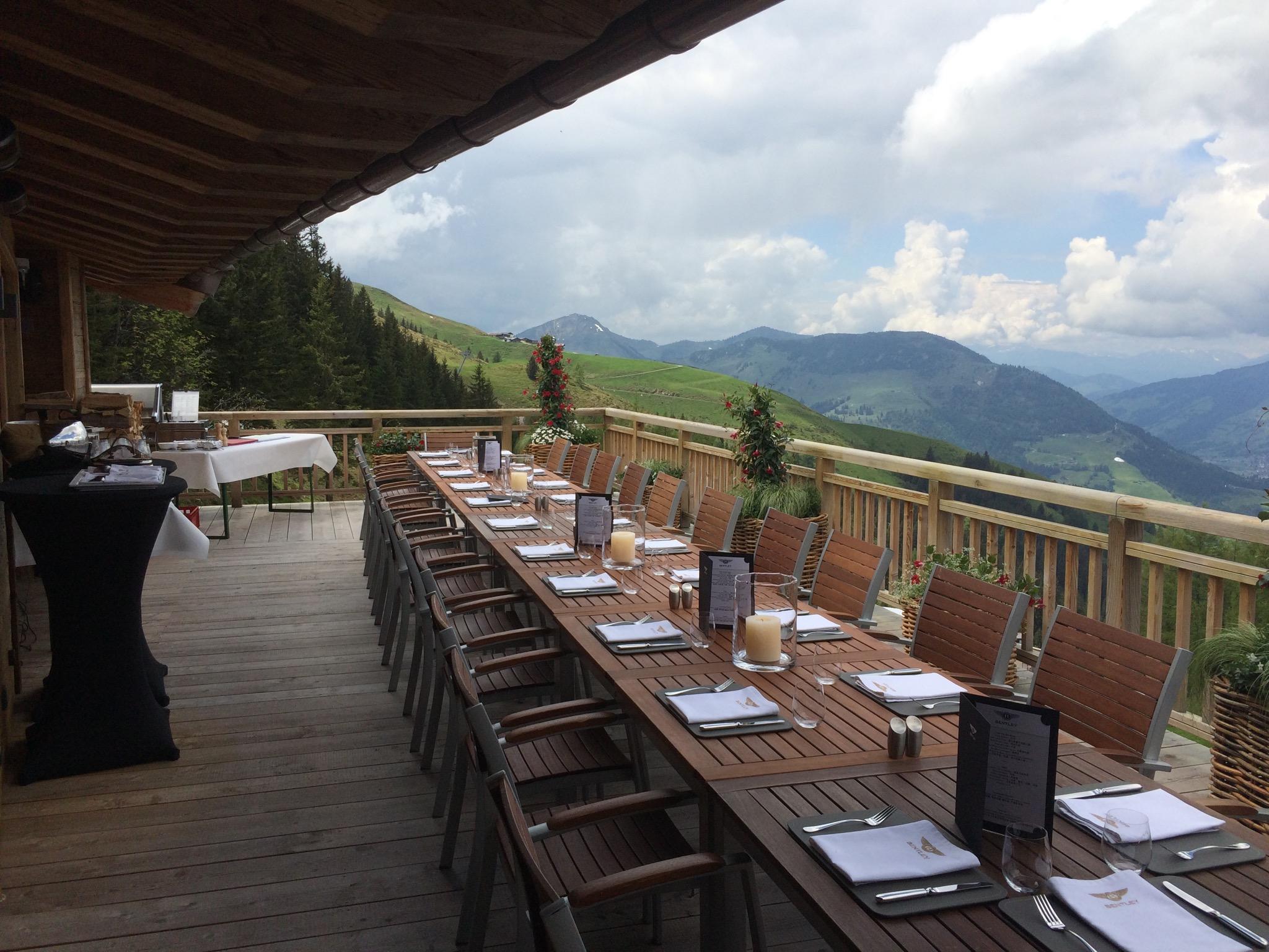 Cuisine-Lifestyle - gedeckter Tisch mit Aussicht